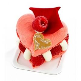 #LOVEisintheAir 💕 Le Cœur Macaron à la #Rose et Framboises pour la #SaintValentin ❤️ Ganache montée à la Rose - Citron vert  et framboises fraîches  Nos créations (chocolaterie et pâtisserie) pour la #SaintValentin 💕 sont en boutique. N'oubliez pas votre Valentin(e) le ##14fevrier  #AlainChartier #Vannes #cadeauchocolat #Valentin #Valentine #AmourChocolat #Mof #MofGlacier #ChampionduMondelaGlace #RelaisDesserts #instafood #instagood #igfood #macaron  #patisserie #HallesdesLices #ParcLann #Lorient #Theix  #igersvannes #igers56 #foodvannes #morbihan #golfedumorbihan #miamorbihan photo @laurent_rannou